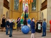 Akrobatische Übungen der Kinder