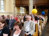 Die Bälle werden durch die Kirche gereicht und wandern von Hand zu Hand.