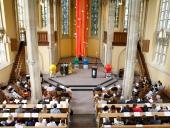 Die Hl. Geist-Kirche ist gut gefüllt.