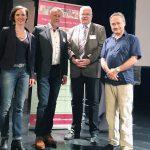 2017 Fachforum: Claudia Schirmer (Vorstand der Stiftung Ev. Jugendhilfe Menden), Dr. Richard Müller-Schlotmann (Bereichsleiter Pflegekinderhilfe) und Bürgermeister Martin Wächter mit Referent Ben Furman