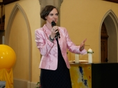 Stiftungsvorstand Claudia Schirmer begrüßt die Gäste.