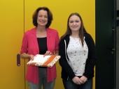 Die 17-jährige Gruppensprecherin überreichte Dagmar Freitag zum Dank ein Geschenk.