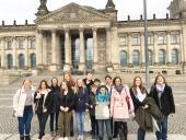 Die Reisegruppe der Ev. Jugendhilfe Menden vor dem Reichstag in Berlin.