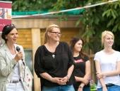 Claudia Schirmer und die MAV-Vorsitzende Christina Wagner eröffnen das 1. Familienfest der Stiftung Ev. Jugendhilfe Menden.