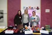 Mitarbeiterinnen der Stiftung Ev. Jugendhilfe Menden präsentieren eigene Veröffentlichungen.