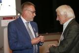 Moderator Dr. Müller-Schlotmann im Gespräch mit Referent Alfried Längle