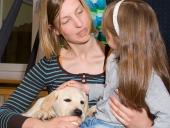 Das Vertrauen zwischen Kind und Hund wird behutsam aufgebaut