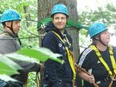 Gemeinsames Klettern im Wald
